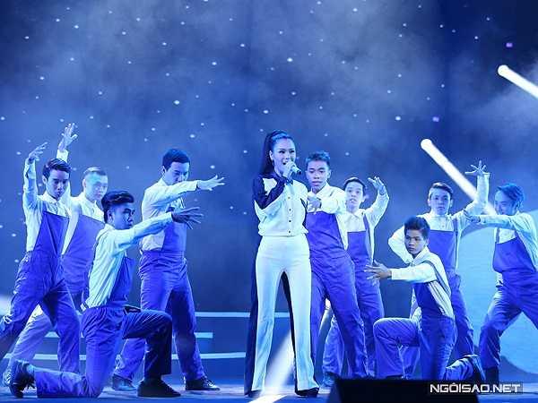 Phương Vy phô diễn giọng hát với 'Mùa xuân trên những giếng dầu' - hit một thời của 'Nữ hoàng nhạc rock' Ngọc Ánh.
