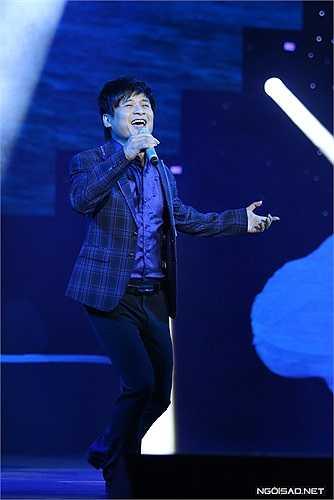 Trước đó, Tấn Minh được cổ vũ nhiệt tình khi hát 'Nơi đảo xa'.