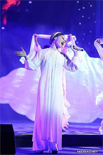 Ngoài các ca sĩ trên, đêm nhạc còn có Đồng Lan. Nữ ca sĩ gốc Hải Dương trình bày 'Chiều trên quê hương tôi' của cố nhạc sĩ Trịnh Công Sơn.