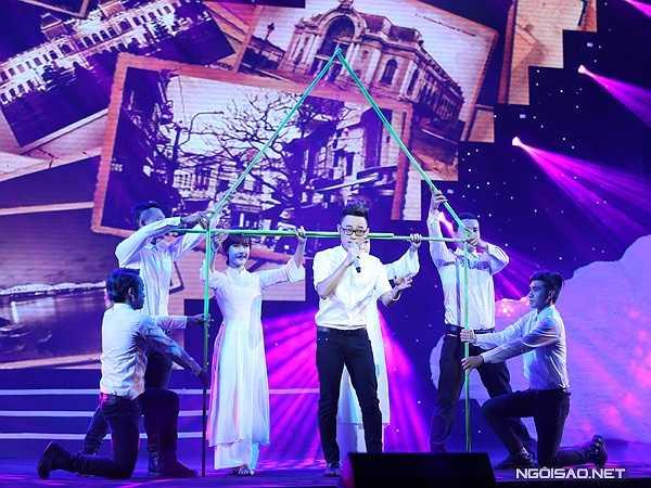 Ca sĩ Trúc Nhân hát 'Huế - Sài Gòn - Hà Nội' với giọng ca sang sảng, thể hiện tinh thần và nhiệt huyết của tuổi trẻ.