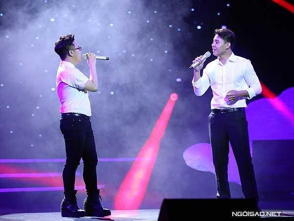 Trung Quân Idol (trái) và Đông Hùng lần đầu song ca. Hai nam ca sĩ trình bày 'Hai người lính' vui nhộn.