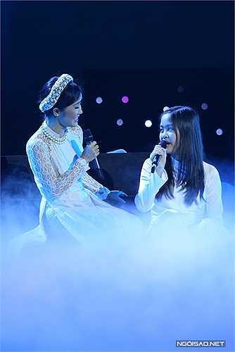 Sau đó, chị trở lại sân khấu cùng bé Tri Giao - giọng ca nhí từng gây ấn tượng tại VN's Got Talent mùa đầu tiên. Họ cùng hát 'Mẹ yêu con' của nhạc sĩ Nguyễn Văn Tý rất tình cảm.