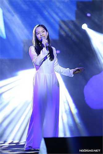 Bé Tri Giao còn thể hiện solo ca khúc 'Em như chim bồ câu trắng' với ước vọng hòa bình sẽ đến với toàn nhân loại. So với khi thi Got Talent, Tri Giao đã trưởng thành và ra dáng thiếu nữ. Giọng hát của bé cũng chín muồi hơn.