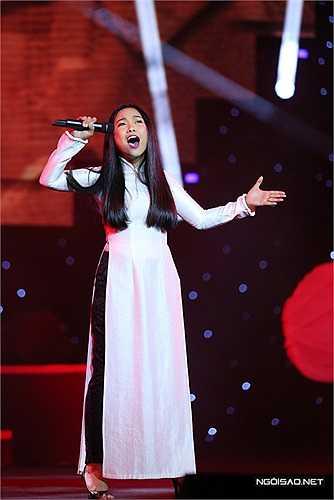 Ca sĩ Đoan Trang xuất hiện rất ấn tượng. Cô bất ngờ hát tiếp đoạn cao trào của 'Điệp khúc tình yêu' sau khi màn ảnh chiếu đoạn video nhạc sĩ Trần Tiến đang ngân nga. Giọng hát khỏe khoắn cùng lối trình diễn đầy 'lửa' của 'bà mẹ một con' khiến không khí đêm nhạc càng lúc càng 'nóng'.