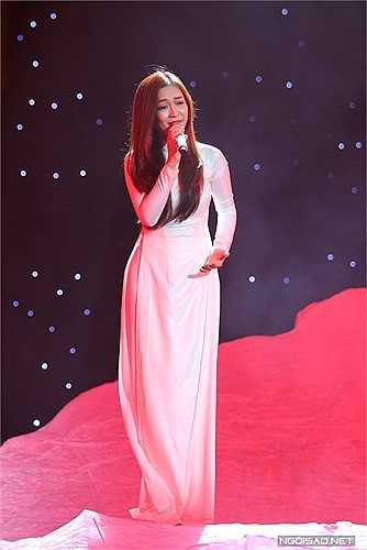 Đinh Hương cũng làm hàng nghìn khán giả xúc động với bài hát 'Khát vọng'. Á quân The Voice 2012 thể hiện rất cảm xúc.