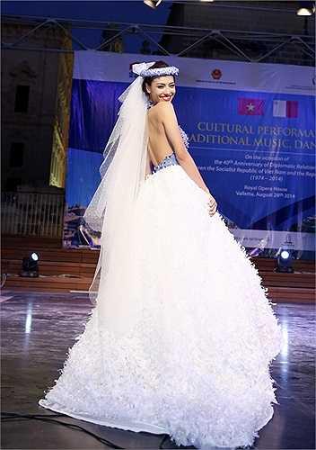Hồng Quế khoe vẻ đẹp rạng rỡ khi hoá thân thành cô dâu trong bộ váy cưới trắng tinh khôi
