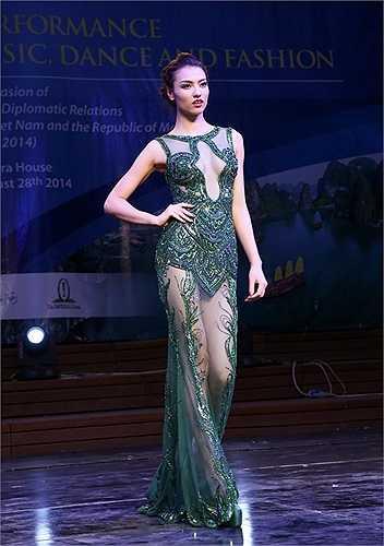 Cô cùng dàn mẫu Việt đang có những ngày lưu diễn tại Malta