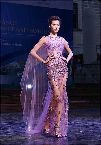 Với chất liệu chủ đạo chiffon và lụa cao cấp được đính kết thủ công tinh tế những hạt Swarovski, bộ sưu tập 'Thánh đường' với sắc thái Haute Couture cao cấp được khoác lên mình các mỹ nhân Việt giới thiệu đến những tín đồ thời trang quốc tế.