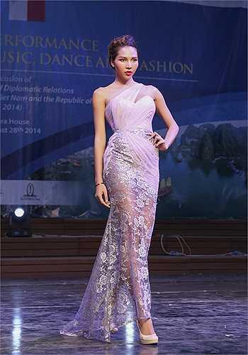 Cùng ngắm một số thiết kế trong buổi trình diễn thời trang tại Malta của các chân dài Việt: