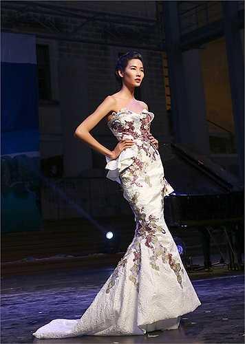 Tham gia trình diễn trong chương trình tại Malta gồm có nhiều người đẹp Việt Nam