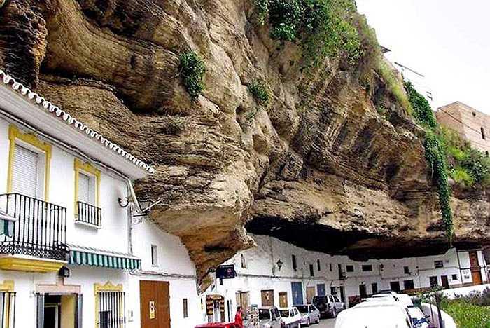 Hàng ngàn ngôi nhà nhỏ xinh trong thị trấn được sơn cùng một màu trắng tinh nằm ngọn lỏn trong lòng một 'tảng đá' khổng lồ.