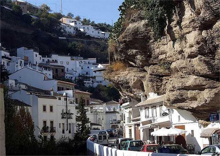 Nhiều tài liệu còn nói rằng, hang đá Cueva de la Pileta nằm về phía Tây Ronda đã để lại dấu vết sinh sống của con người từ 25.000 năm trước. Tuy nhiên các dấu vết đã bị xóa bỏ bởi nhiều nền văn hóa khác nhau.