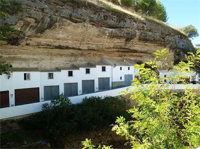 Ngay cả cái tên 'Setenil de las Bodegas' cũng là sự gợi nhớ hào hùng về 'hòn đá' này. Tiếng Lanting, có nghĩa là 'bẩy lần không'.