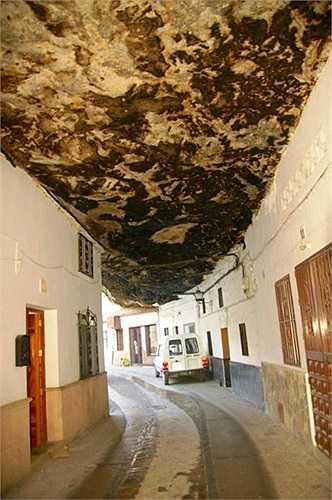 Với danh tiếng và 'kiến trúc' độc đáo, thị trấn Setenil ngày nay đã trở thành một địa điểm du lịch hấp dẫn của Tây Ban Nha.