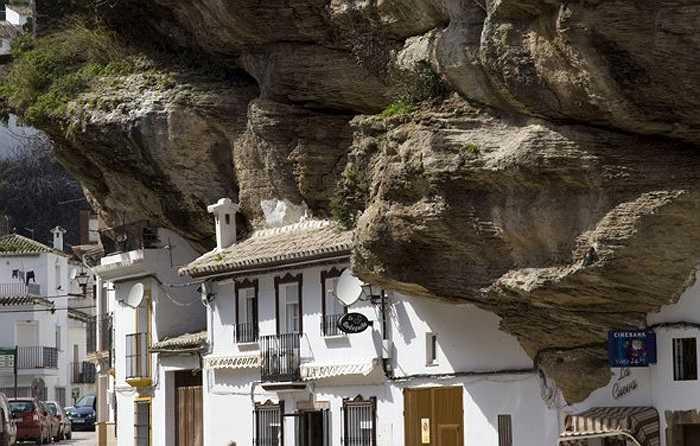 Hàng năm, có hàng vạn lượt khách du lịch đến đây để được thưởng ngoạn cảnh quan và thử cảm giác được sống dưới 'bầu trời đá'.