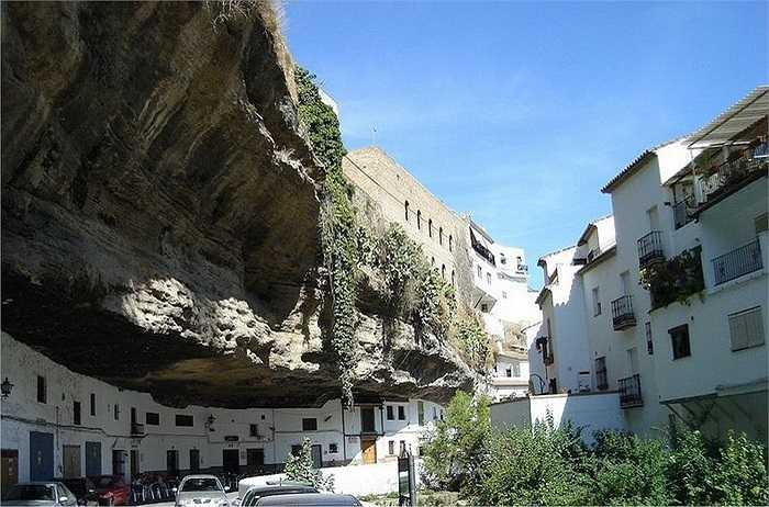 Đó chính là quần thể sống của thị trấn Setenil de las Bodegas, một thị trấn thuộc tỉnh Cádiz của Tây Ban Nha.