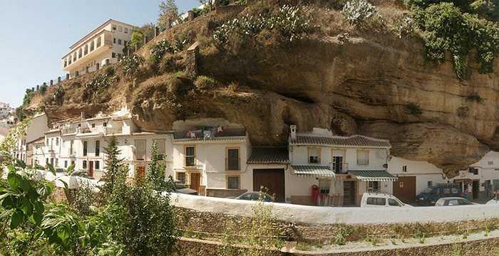 Thị trấn có dân số gần 4.000 người. Tất cả cùng trú ngụ dưới một tảng đá khổng lồ qua bao đời nay.