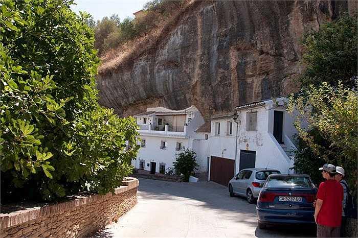 Theo sử sách, thị trấn Setenil được hình thành và có lịch sử rất lâu đời. Từ thế kỷ I, đây là nơi chiếm đóng của quân đội La Mã.