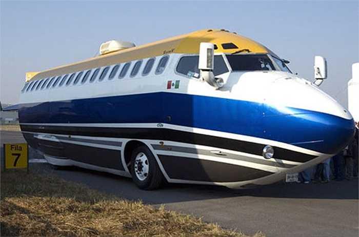 Được mệnh danh là chiếc limo 'khùng nhất thế giới', khung thân chiếc xe này được chế tạo từ phần đầu máy bay Boeing 727. Chiếc xe có thể chở 50 người, được trang bị động cơ Turbo diesel của một chiếc Mercedes.