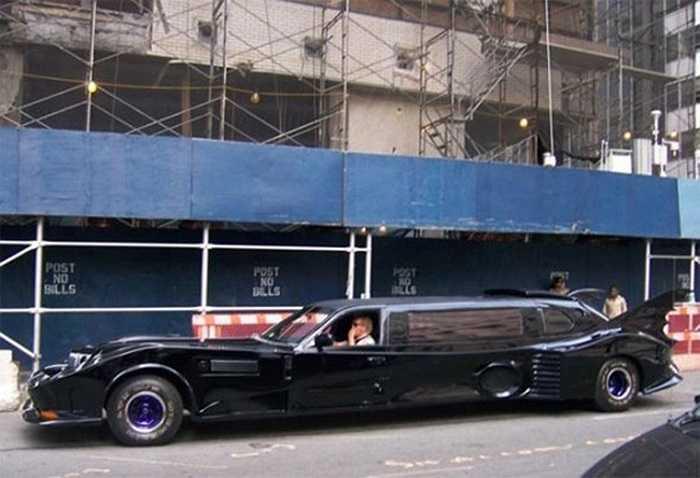 Limo Batmobile là chiếc xe 'ăn theo' mẫu Batmobile trong bộ phim ăn khách Batman. Cánh gió đuôi, nội thất trong xe đều được thiết kế lấy cảm hứng từ trang phục Batman nổi tiếng cách đây mấy chục năm.