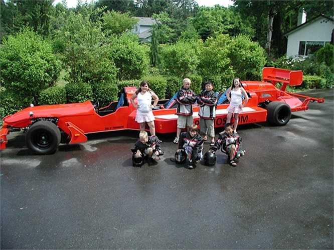 Đương nhiên là mẫu xe này không thể đạt tốc độ như Redbull F1 thực thụ, chiếc xe Limo F1 đủ chỗ cho 3 tay đua ngồi thẳng hàng và là sản phẩm quảng bá cho đội đua Redbull.