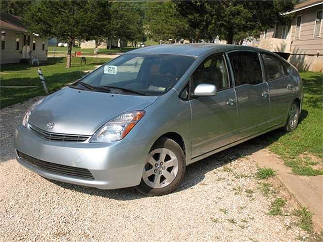 Prius là mẫu xe hybrid nổi tiếng của Toyota và bán rất chạy. Chưa rõ mục đích chế tạo của chiếc Prius Limo này nhưng vài thông số cơ bản là xe có 6 cửa, đủ chỗ cho 10 người ngồi trong.