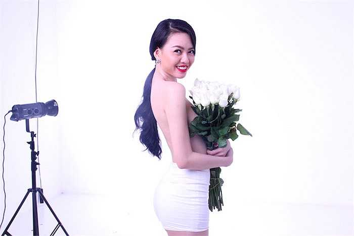 Cô lấy hoa hồng che chắn điểm nhạy cảm của cơ thể.