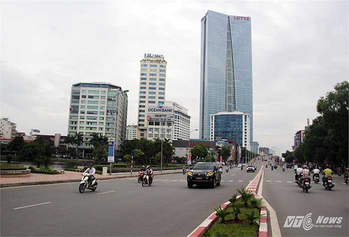 Lotte Center Hanoi nhìn từ đường Nguyễn Chí Thanh. Đây là tòa nhà cao thứ 2 ở Việt Nam sau tòa nhà Keangnam Hanoi Landmark Tower (72 tầng).