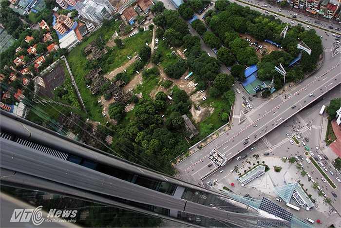 Cầu vượt Nguyễn Chí Thanh - Liễu Giai nhìn từ đỉnh Lotte Center Hanoi xuống.