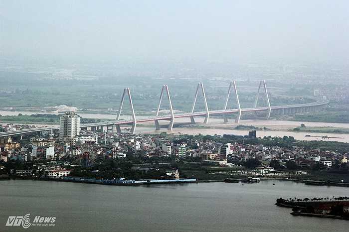 Hồ Tây, cầu Nhật Tân nhìn từ đỉnh Lotte Center Hanoi.
