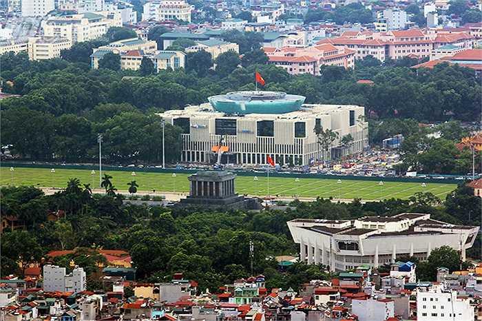 Lăng Chủ tịch Hồ Chí Minh, quảng trường Ba Đình và Nhà Quốc hội nhìn từ đỉnh Lotte Center Hanoi.