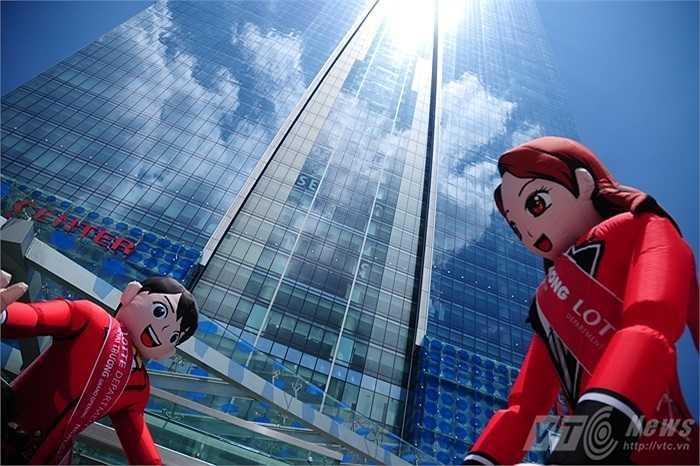 Dù chưa chính thức khai trương nhưng Lotte Center Hanoi vẫn có hình thức chào đón khách tham quan rất bắt mắt với những hình nộm khổng lồ ngay trước cửa chính trên đường Đào Tấn