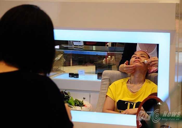 Một phụ nữ tham gia vào chương trình dùng thử sản phẩm làm đẹp bên trong Lotte Center Hanoi