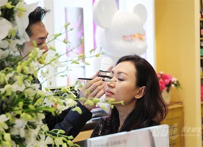 Một phụ nữ trong chương trình trang điểm của cửa hàng mỹ phẩm bên trong Lotte Center Hanoi