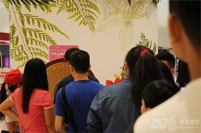 Chương trình quay số trúng thưởng hấp dẫn nhiều người tham gia ở Lotte Center Hanoi