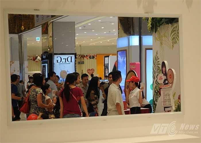 Những người tham gia trò chơi và ban tổ chức phản chiếu qua tấm gương bên trong tòa nhà