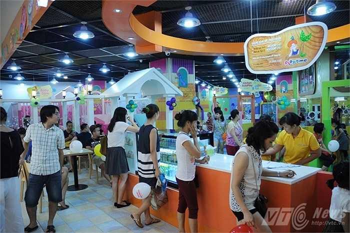 Khu ăn uống của Lotte Center Hanoi cũng tấp nập người ra vào