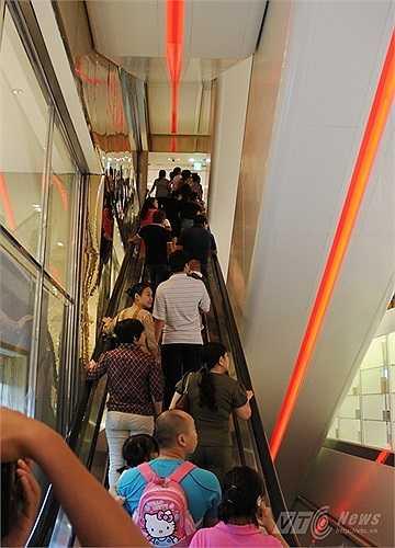 Cầu thang máy của Lotte Center Hanoi tấp nập người lên xuống