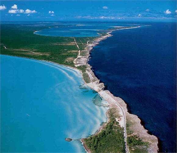 Vùng nước màu xanh lam nhạt của vùng biển Caribe ở phía tây hòn đảo tương phản hoàn toàn với màu nước xanh sẫm, sâu thẳm của Đại Tây Dương ở phía bên kia. Địa điểm này thuộc đảo Eleuthera, nơi tiếp giáp chỉ được ngăn cách bởi dải đá rộng 10m.