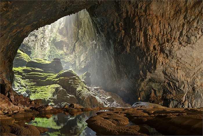 Với chiều dài khoảng 9km, cao 200m có nơi lên đến 250m và rộng 200m, thêm vào đó là hệ thống dòng sông và rừng nhiệt đới bên trong, Sơn Đoòng hiện được biết đến là hang động lớn nhất thế giới.