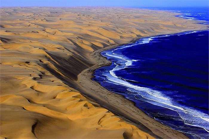 Tận cùng sa mạc Namib – thiên đường của nhũng cồn cát ngoạn mục nhất thế giới, trải dài như dải lụa từ màu hồng sang màu cam sống động. Và phía cuối của lụa cát là Đại Tây Dương mênh mông cuộn sóng.