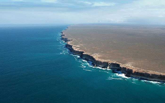 Nằm ở miền nam rộng lớn của lục địa Úc Châu, đồng bằng Nullarbor là mảnh đá vôi nguyên khối lớn nhất thế giới có diện tích 270.000 km vuông, kéo dài 1000 km từ đông sang tây. Những vách đá dựng đứng, uốn lượn và dừng lại đột ngột trước biển tạo ấn tượng mạnh về nơi giao hòa giữa trời và đất, nơi tận cùng thế giới.