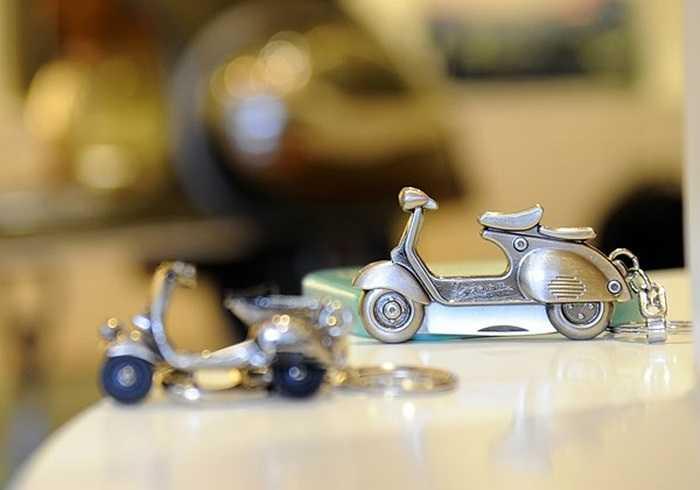 Có đủ bộ sưu tập móc chìa khóa chế tác bằng hình nguyên mẫu của các dòng xe Vespa huyền thoại. Chiếc xe máy trong ảnh thực ra là một chiếc dao nhíp được thiết kế vỏ độc đáo.
