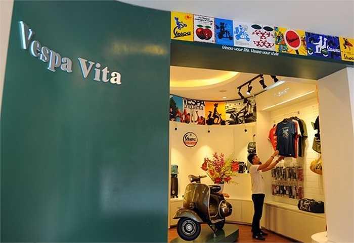 Là nơi đầu tiên đưa những 'đồ chơi' chính hãng của Vespa về Việt Nam, không gian Vespa Vita (66 Nguyễn Thái Học, HN) chỉ vừa mới xuất hiện đã thu hút đông đảo dân mê dòng xe này đến mua phụ kiện cho chiếc xế cưng (Theo Infonet)