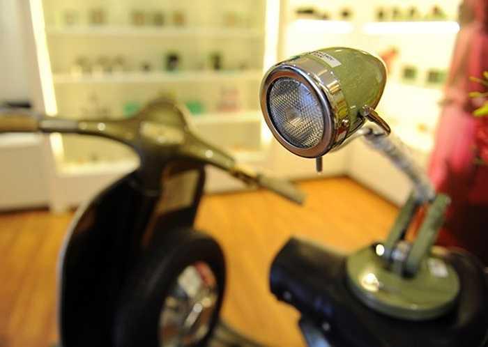 Đèn để bàn được làm mô phỏng đèn signal của xe Vespa.