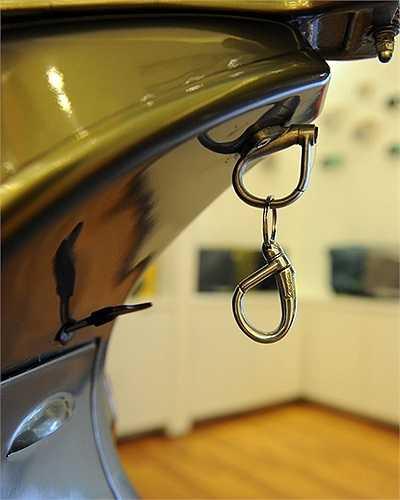 Móc treo chìa khóa thiết kế giống hệt móc treo mũ bảo hiểm cho người đi xe Vespa.