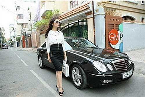 Để khẳng định phong cách doanh nhân thanh lịch của mình, Giáng My cũng chọn Mercedes S-Class 2010 làm phương tiên di chuyển.