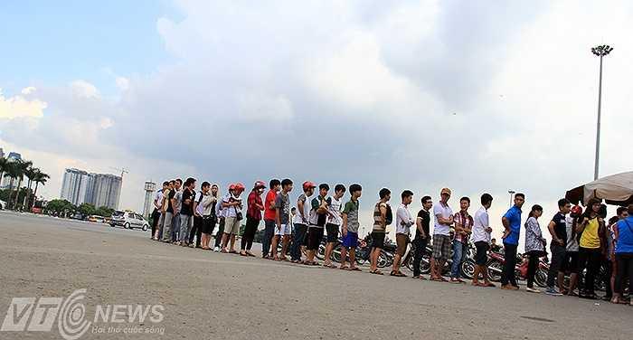Lần đầu tiên U19 Việt Nam ra thi đấu tại Hà Nội. Điều này nhanh chóng tạo nên cơn sốt tại thủ đô. Tranh thủ ngày nghỉ, nhiều người đã tới Mỹ Đình để xếp hàng mua vé