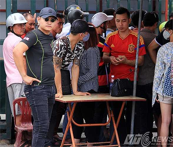 Thậm chí, hai chiếc bàn bán vé của dân phe còn được đặt ngay trước quầy bán. Từ 14h, các đối tượng phe vé thoải mái ra giá cho người có nhu cầu