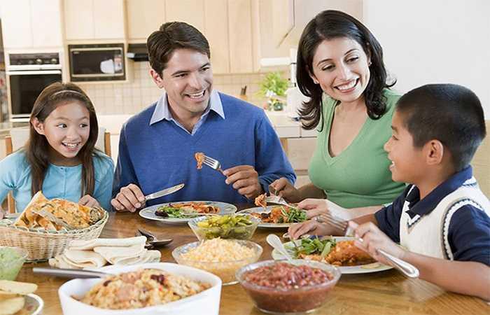 Với thanh niên, các chuyên gia khuyên bạn nên tiêu thụ ít hơn 2.300 mg muối mỗi ngày. Đặc biệt, với những người ngoài 51 tuổi, những người có huyết áp cao, bệnh thận hoặc tiểu đường thì chỉ được tiêu thụ trong giới hạn của 1.500 mg muối.